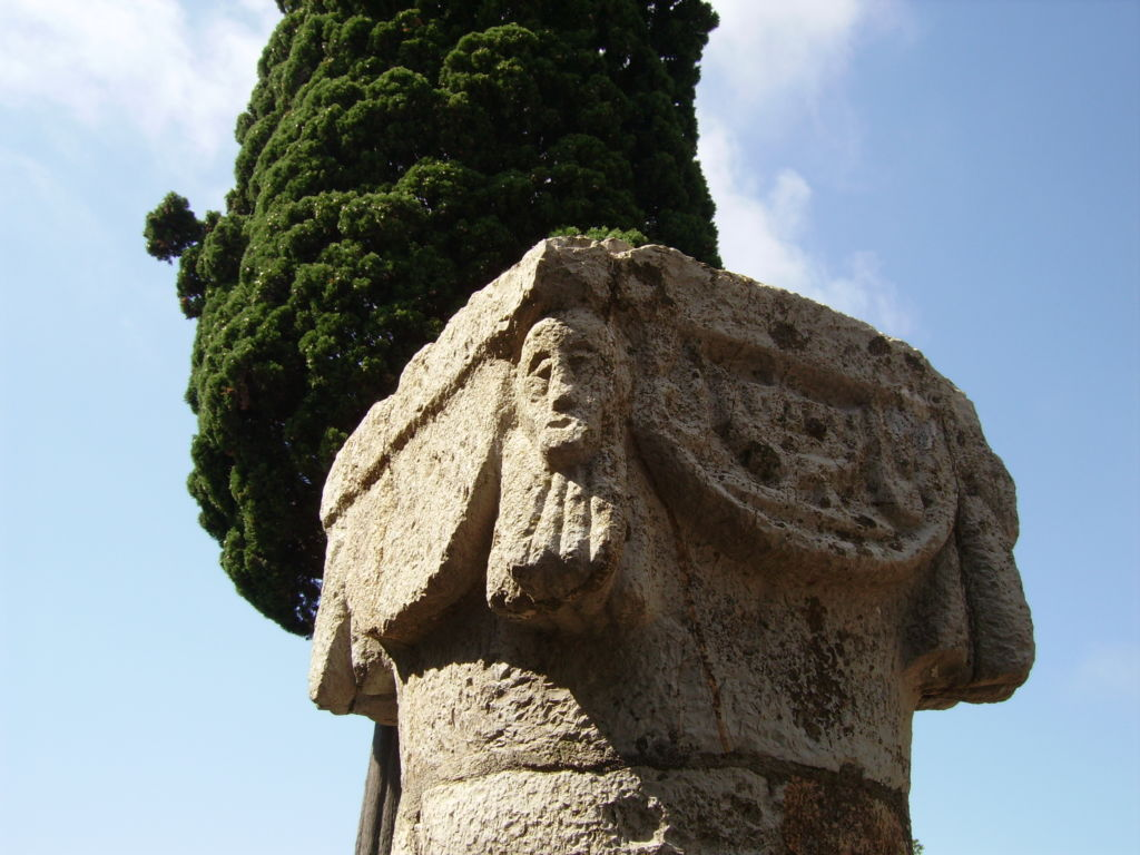 Sant'Antonio Abate, capitello esterno