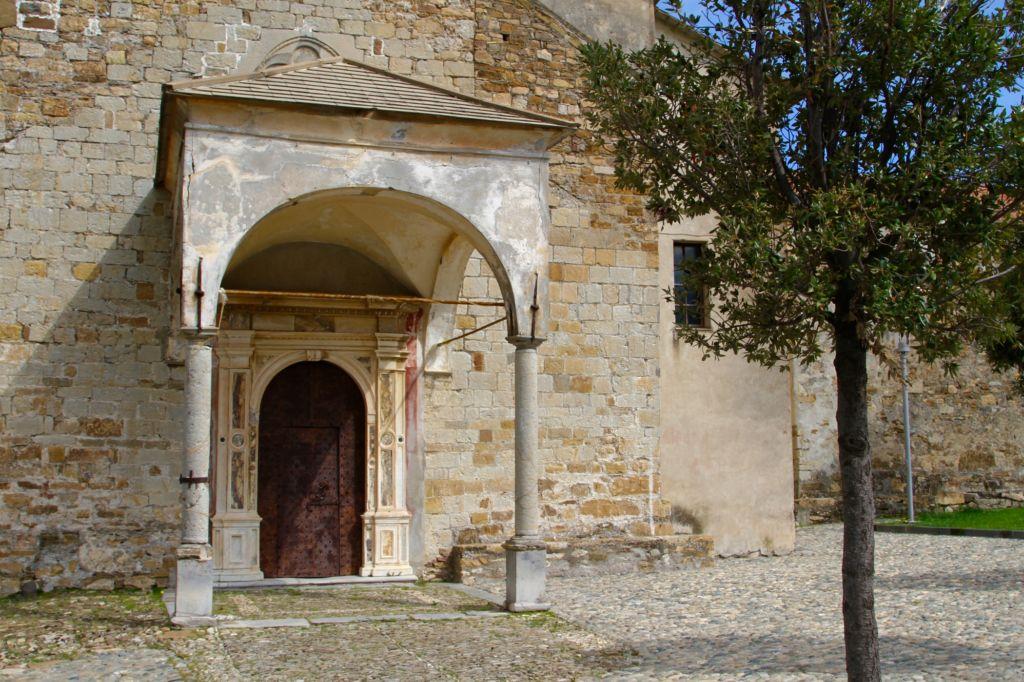 Lingueglietta, chiesa della Natività, protiro a (2100x1399)