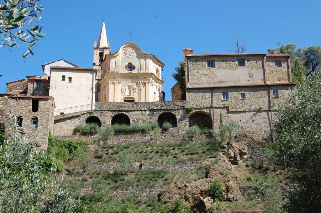 scorcio della piazza Santi Cosma e Damiano I